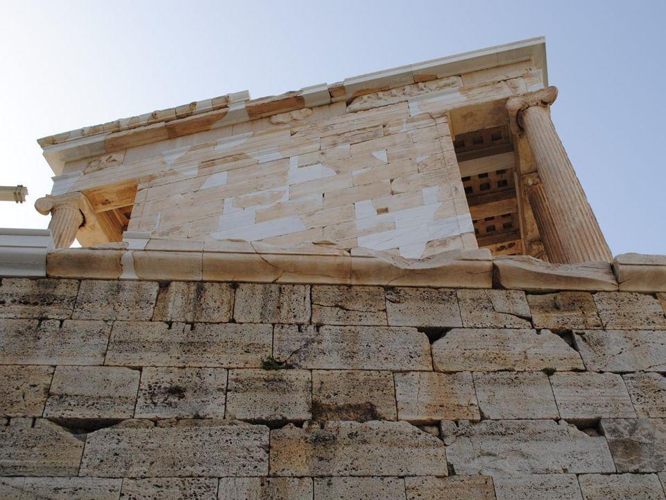 Świątynia Ateny Nike (Świątynia Ateny Zwycięskiej) to niewielka świątynia obok Propylejów.