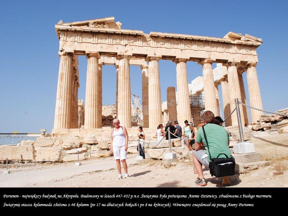 To co dziś możemy oglądać jest kopią starożytnych rozwiązań -oryginalne kolumny zachowano w Muzeum Archeologicznym na Akropolu.