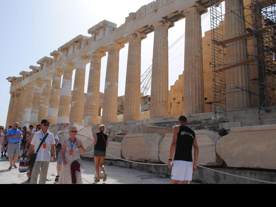 W części Partenonu zwanej Hekatompedon znajdowała się monumentalna rzeźba Ateny ze złota i kości słoniowej autorstwa samego Fidiasza.