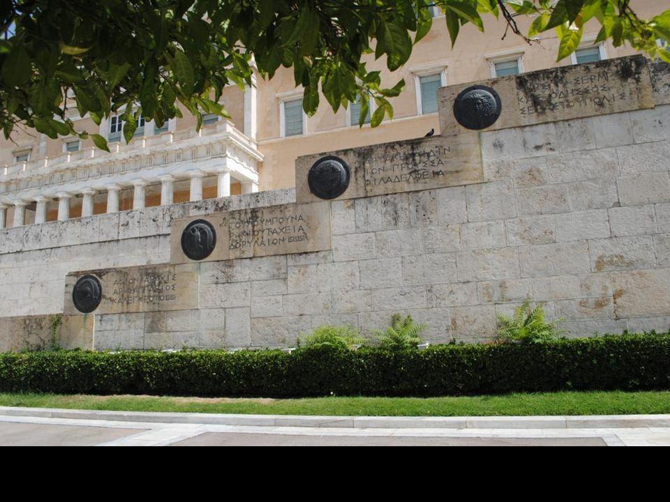 Największą atrakcją turystyczną na Placu Konstytucji jest Grób Nieznanego Żołnierza, znajdujący się tuż przed budynkiem Parlamentu i czczący wszystkich Greków, poległych za ojczyznę w całej jej długiej historii