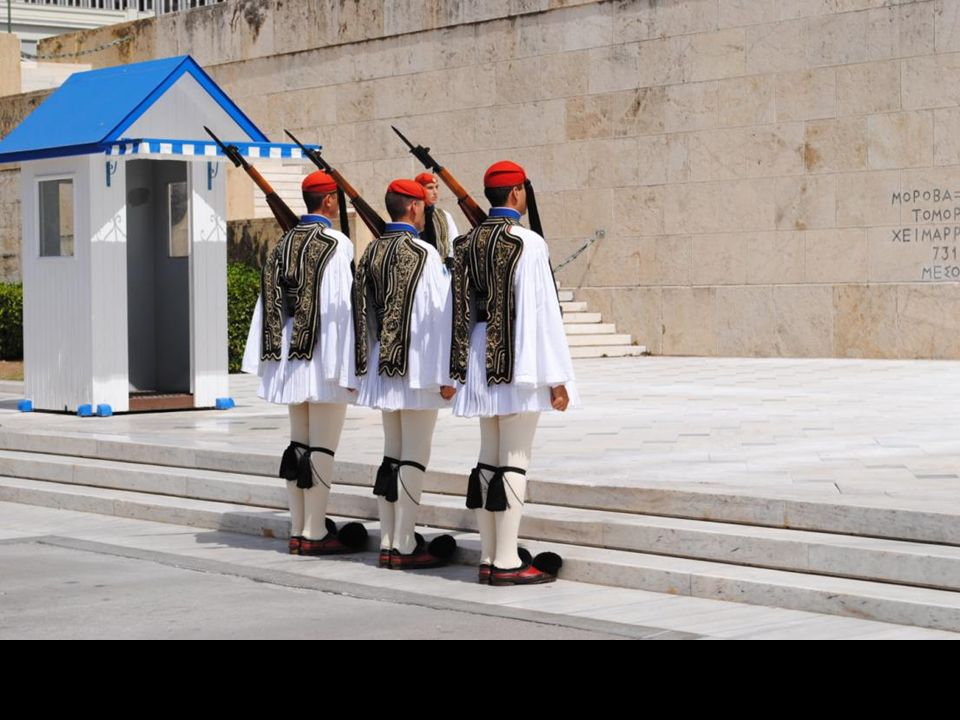 Grób Nieznanego Żołnierza jest ochraniany 24 godziny na dobę przez Straż Prezydencką – elitarny oddział wojskowy, strzegący także Parlamentu.
