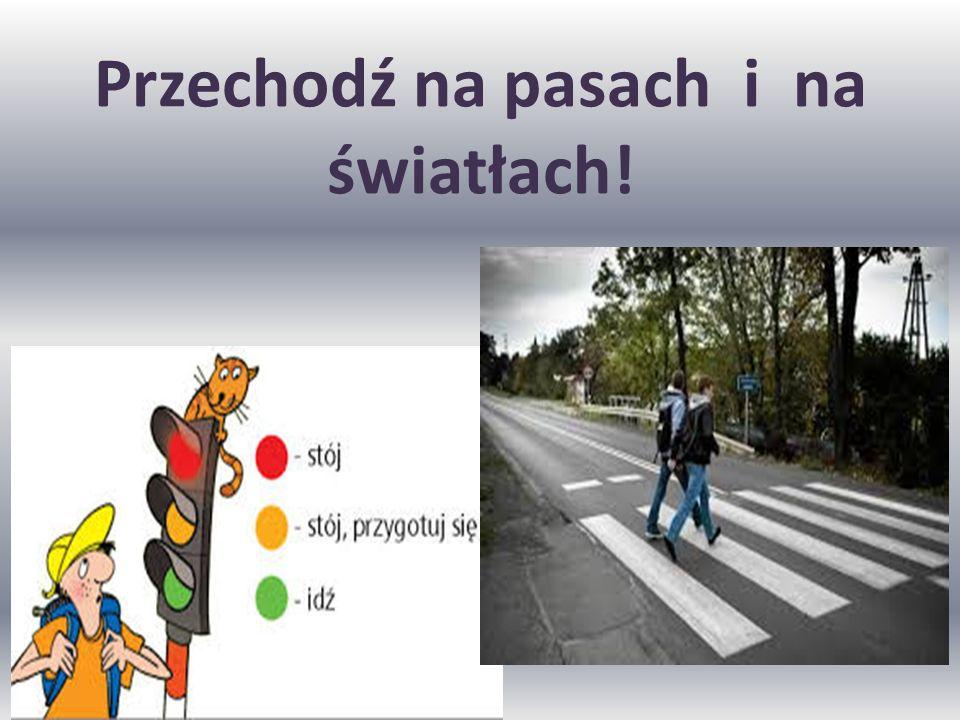 Droga w mieście Piesi w mieście poruszają się chodnikiem. Rowerzyści w wyznaczonych trasach rowerowych. A kierowcy drogą.