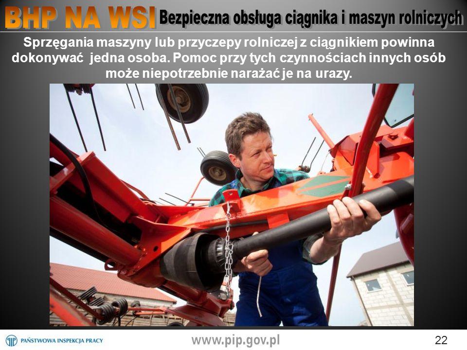 22 Sprzęgania maszyny lub przyczepy rolniczej z ciągnikiem powinna dokonywać jedna osoba.