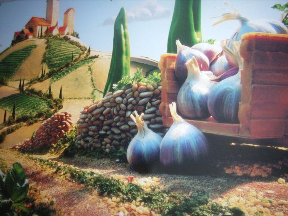 Krajobraz włoski. Wózek wykonany z makaronu lasagne, pola z różnorodnych nasion. Drzewa i krzewy z pietruszki i bazylii. Obłoki z sera mozarella a wie