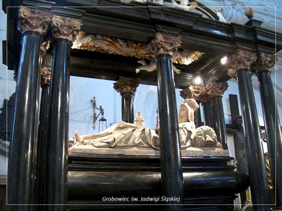 Trzebnica - zespół klasztorny wraz z bazyliką pod wezwaniem św. Jadwigi i św. Bartłomieja, będący co najmniej od początku XIVw. sanktuarium w związku