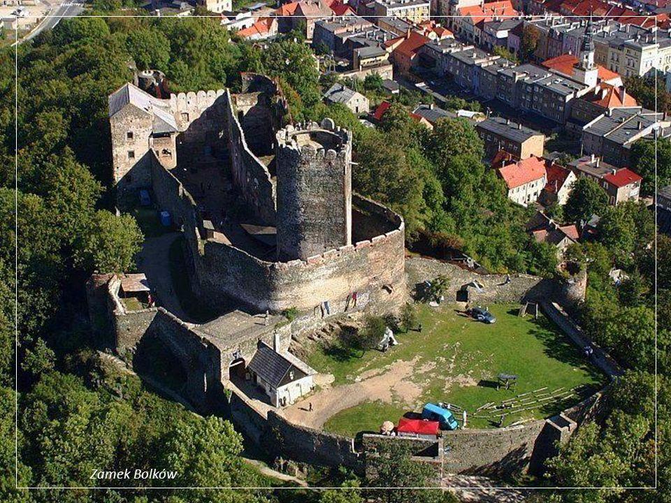 Bolków - to malownicza miejscowość nad którą góruje potężne średniowieczne zamczysko, będące niegdyś jedną z największych warowni książąt świdnicko -