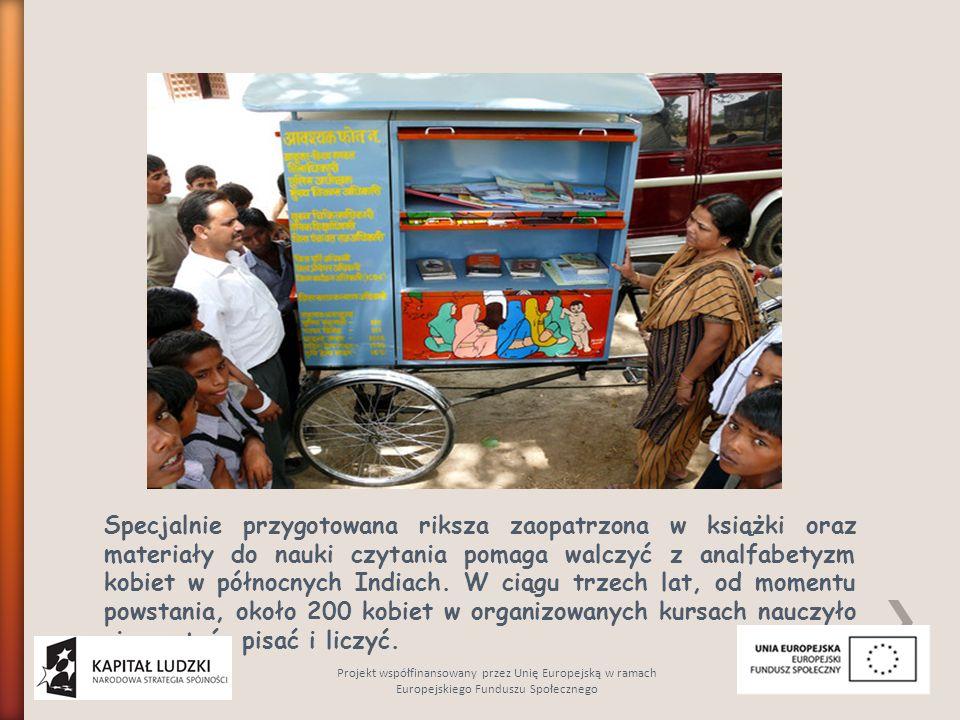 Specjalnie przygotowana riksza zaopatrzona w książki oraz materiały do nauki czytania pomaga walczyć z analfabetyzm kobiet w północnych Indiach.