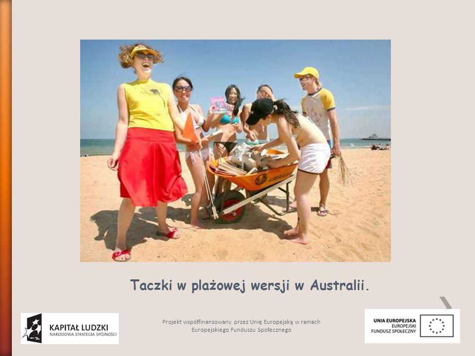 Taczki w plażowej wersji w Australii. Projekt współfinansowany przez Unię Europejską w ramach Europejskiego Funduszu Społecznego