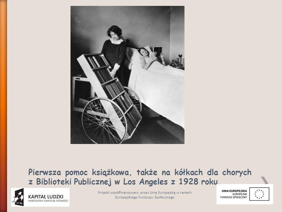 Pierwsza pomoc książkowa, także na kółkach dla chorych z Biblioteki Publicznej w Los Angeles z 1928 roku. Projekt współfinansowany przez Unię Europejs