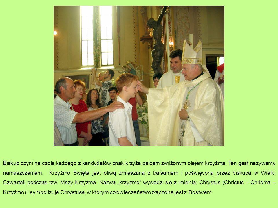 Biskup czyni na czole każdego z kandydatów znak krzyża palcem zwilżonym olejem krzyżma. Ten gest nazywamy namaszczeniem. Krzyżmo Święte jest oliwą zmi