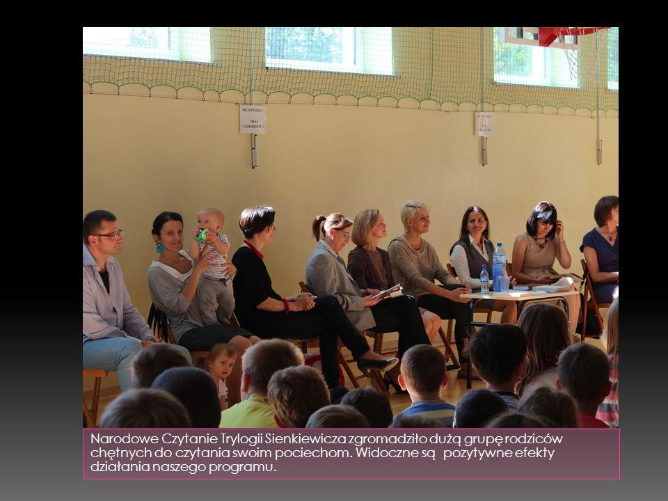 Narodowe Czytanie Trylogii Sienkiewicza zgromadziło dużą grupę rodziców chętnych do czytania swoim pociechom.