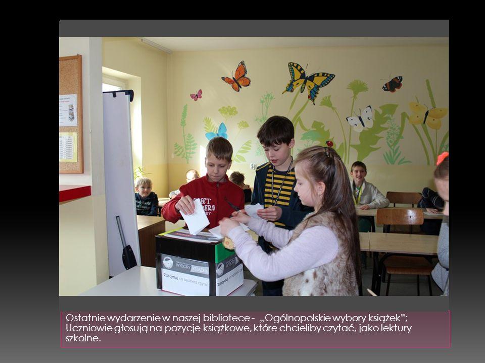 """Ostatnie wydarzenie w naszej bibliotece - """"Ogólnopolskie wybory książek""""; Uczniowie głosują na pozycje książkowe, które chcieliby czytać, jako lektury"""