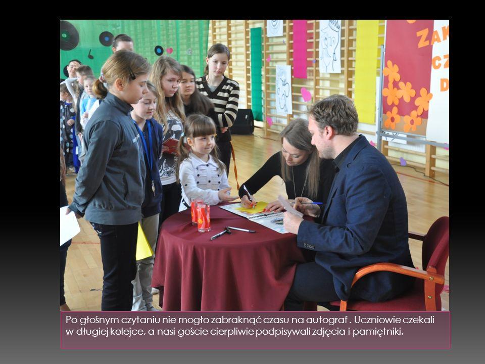 Po głośnym czytaniu nie mogło zabraknąć czasu na autograf. Uczniowie czekali w długiej kolejce, a nasi goście cierpliwie podpisywali zdjęcia i pamiętn
