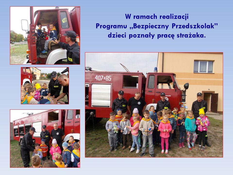 """W ramach realizacji Programu """"Bezpieczny Przedszkolak"""" dzieci poznały pracę strażaka."""