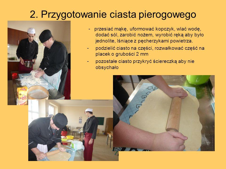 2. Przygotowanie ciasta pierogowego - przesiać mąkę, uformować kopczyk, wlać wodę, dodać sól, zarobić nożem, wyrobić ręką aby było jednolite, lśniące