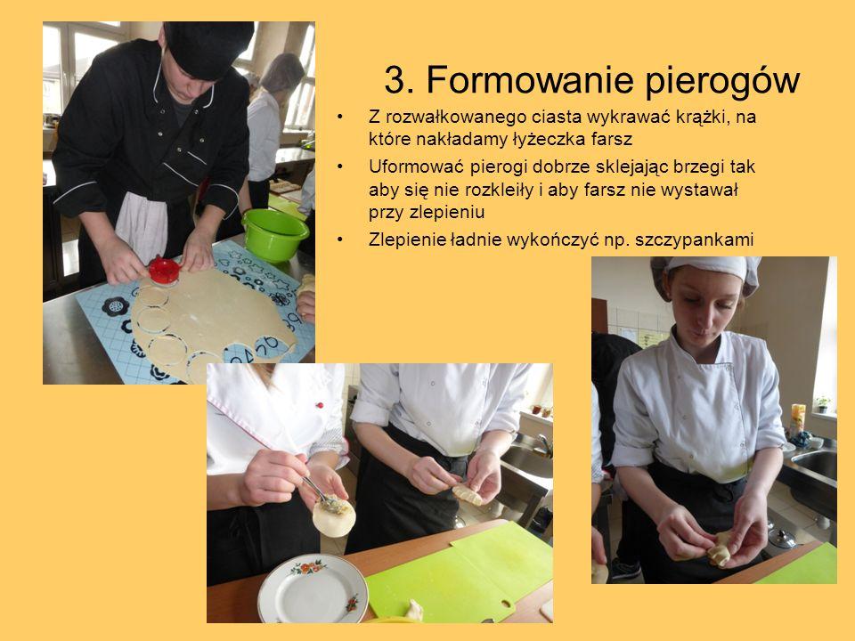 3. Formowanie pierogów Z rozwałkowanego ciasta wykrawać krążki, na które nakładamy łyżeczka farsz Uformować pierogi dobrze sklejając brzegi tak aby si