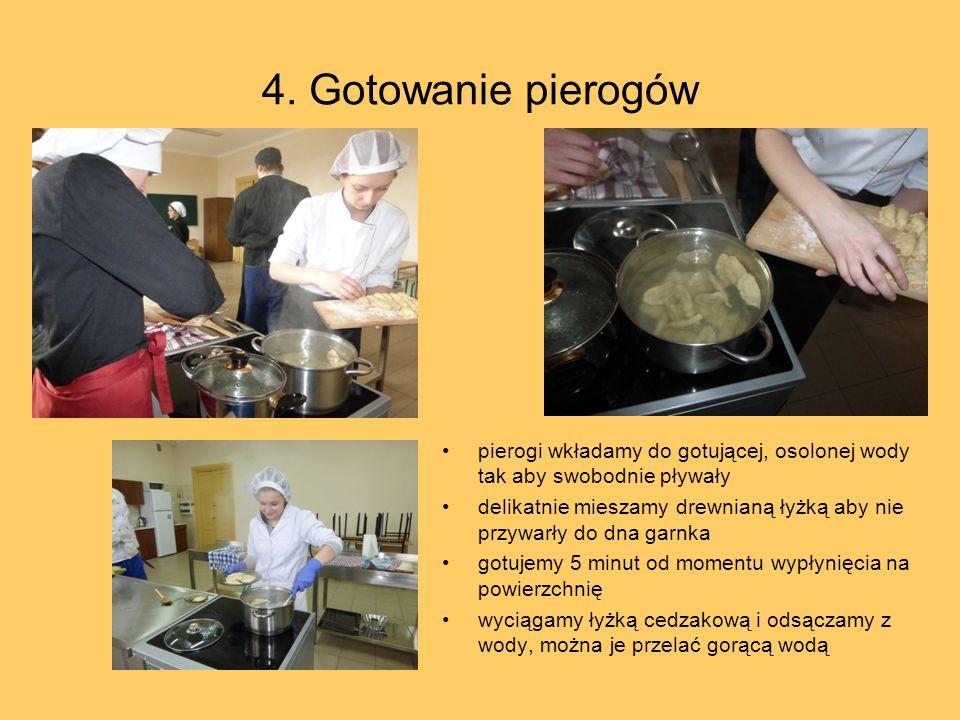 4. Gotowanie pierogów pierogi wkładamy do gotującej, osolonej wody tak aby swobodnie pływały delikatnie mieszamy drewnianą łyżką aby nie przywarły do