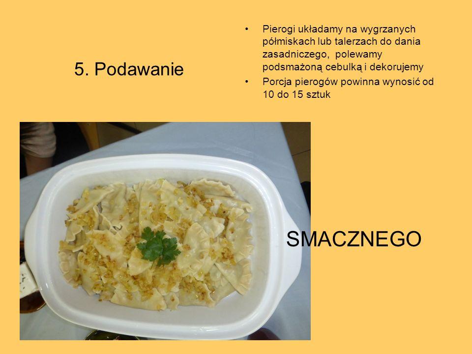 5. Podawanie Pierogi układamy na wygrzanych półmiskach lub talerzach do dania zasadniczego, polewamy podsmażoną cebulką i dekorujemy Porcja pierogów p