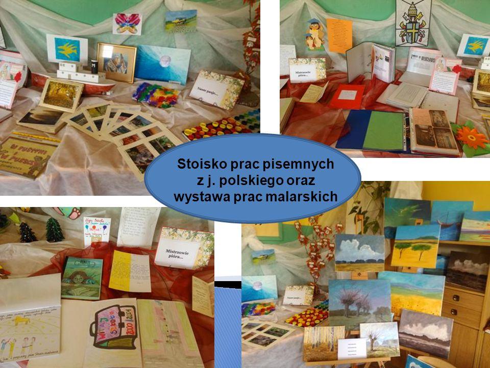 Stoisko prac pisemnych z j. polskiego oraz wystawa prac malarskich