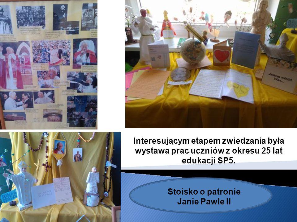 Interesującym etapem zwiedzania była wystawa prac uczniów z okresu 25 lat edukacji SP5. Stoisko o patronie Janie Pawle II