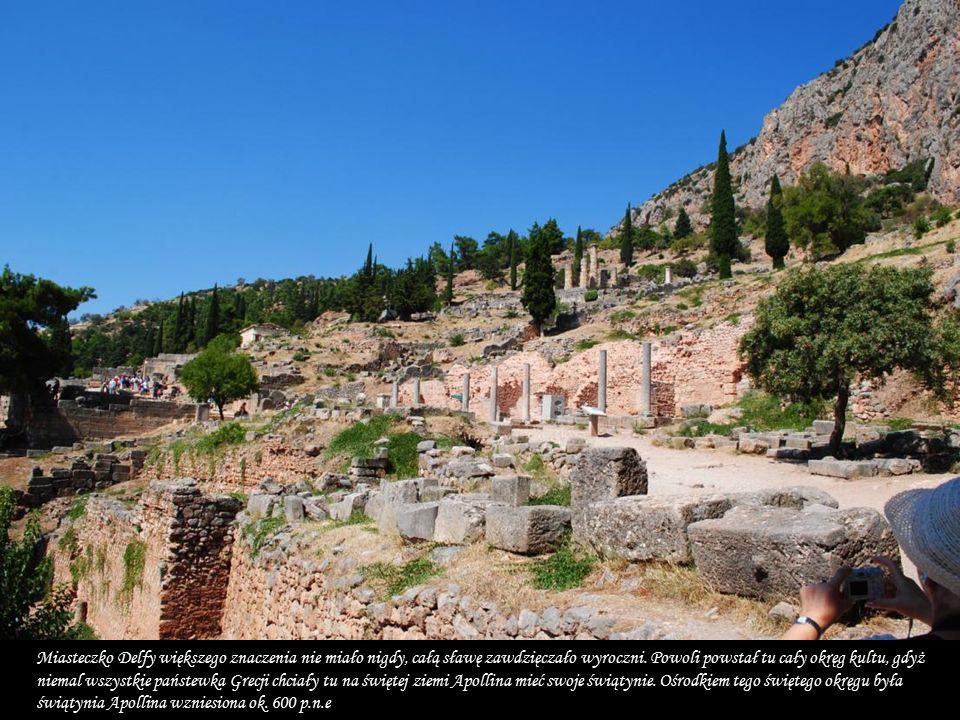 Delfy prastare miasto i świątynia grecka u stóp Parnasu Miejsce było już znane za czasów mykeńskich.
