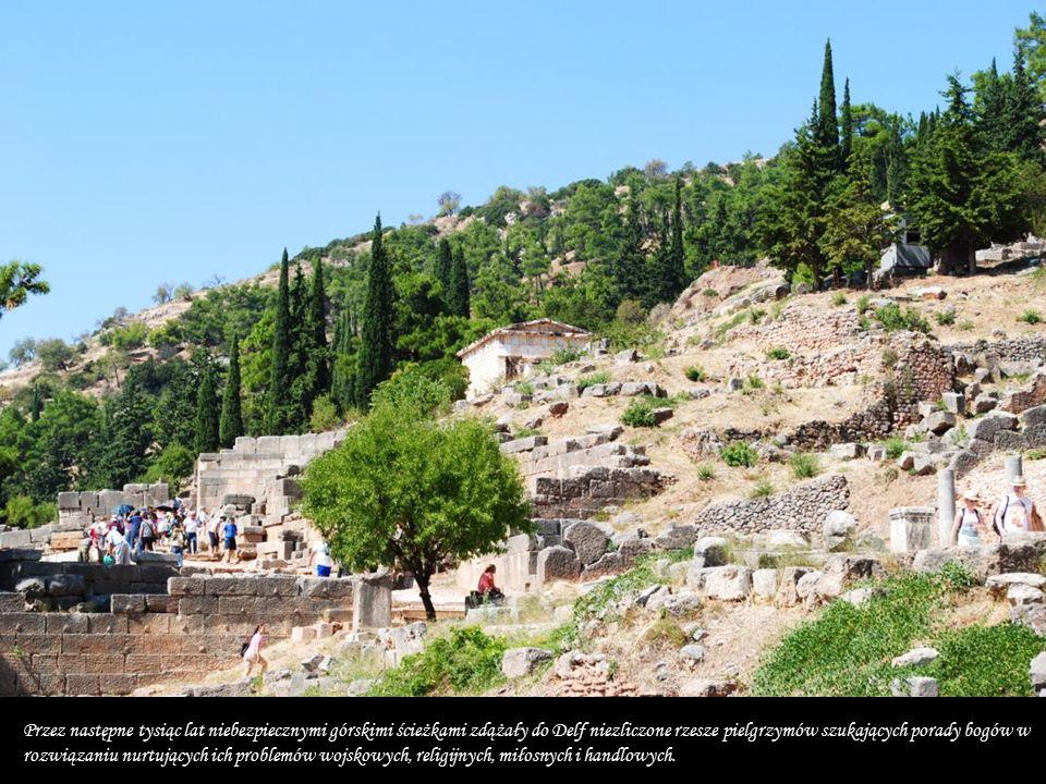 Największym poważaniem cieszyły się Delfy w archaicznej Grecji, kiedy kapłani delficcy, przy pomocy swej wyroczni, kierowali całym niemal życiem Greków.