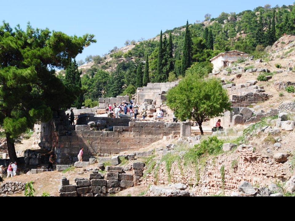 Przez następne tysiąc lat niebezpiecznymi górskimi ścieżkami zdążały do Delf niezliczone rzesze pielgrzymów szukających porady bogów w rozwiązaniu nurtujących ich problemów wojskowych, religijnych, miłosnych i handlowych.