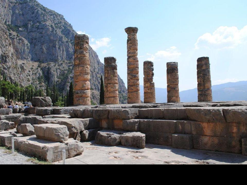 Ośrodkiem tego świętego okręgu była świątynia Apollina, odbudowana po pożarze z 548 p.n.e. roku