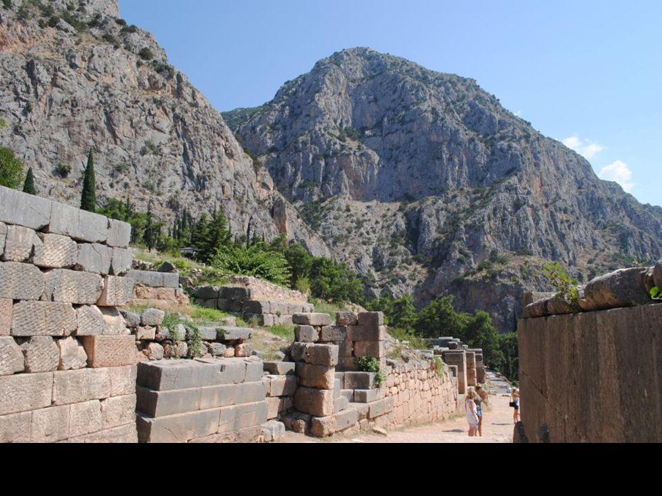 . Mniejsze świątynie i pomniki były rozrzucone wzdłuż świętej drogi, która w formie litery Z przebiegała cały święty okręg, prowadząc do wielkiego teatru w północno-zachodniej jego stronie