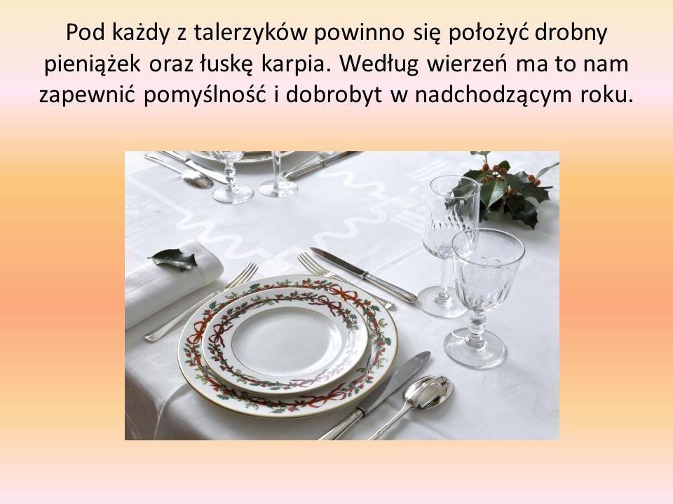Pod każdy z talerzyków powinno się położyć drobny pieniążek oraz łuskę karpia.