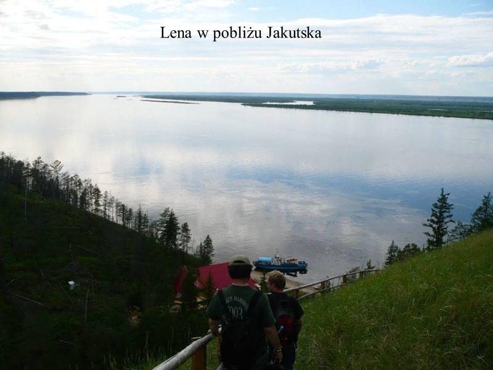 Z Jakucka trzeba przebyć wzdłuż rzeki Lena ponad 140 km.