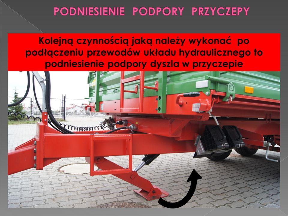 Kolejną czynnością jaką należy wykonać po podłączeniu przewodów układu hydraulicznego to podniesienie podpory dyszla w przyczepie