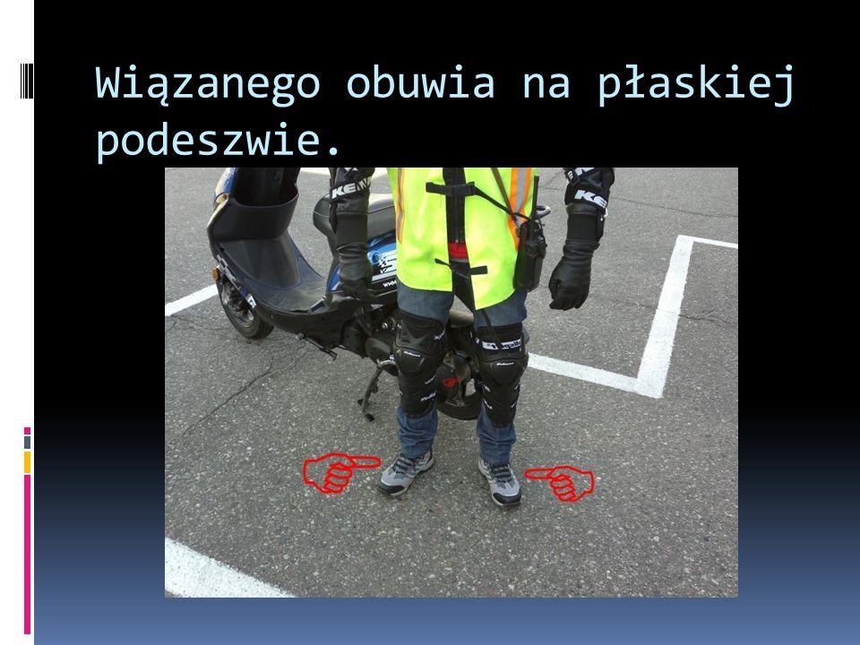 Zdjęcie pojazdu z podpórki i przemieszczenie go przy unieruchomionym silniku, podparcie pojazdu na podpórce.