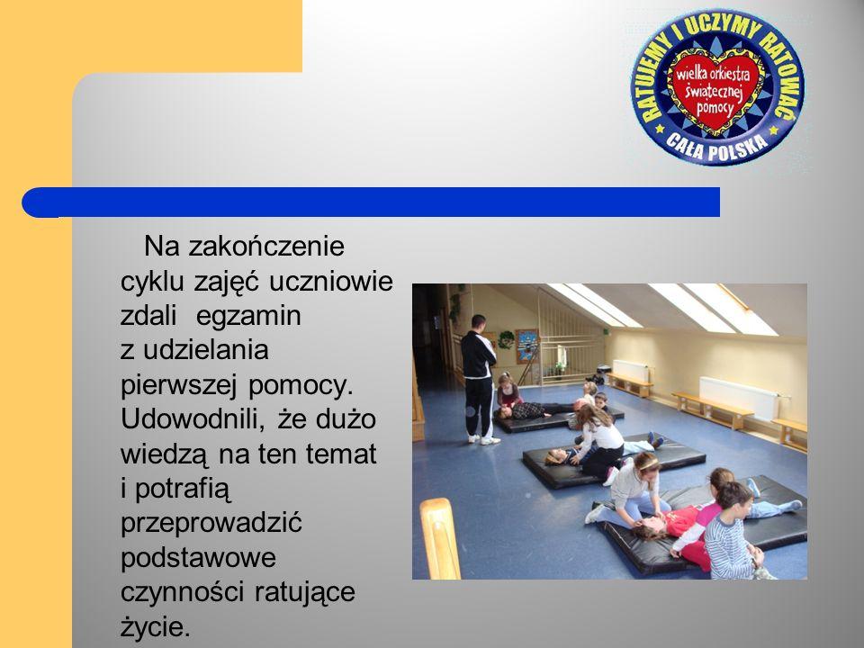 Na zakończenie cyklu zajęć uczniowie zdali egzamin z udzielania pierwszej pomocy. Udowodnili, że dużo wiedzą na ten temat i potrafią przeprowadzić pod