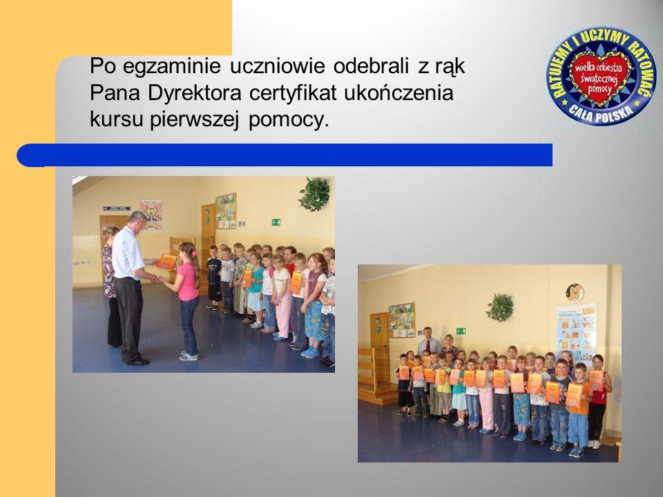 Po egzaminie uczniowie odebrali z rąk Pana Dyrektora certyfikat ukończenia kursu pierwszej pomocy.