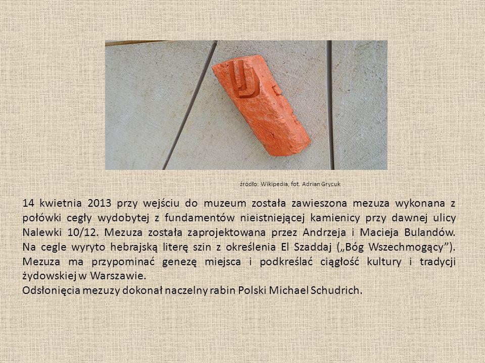 14 kwietnia 2013 przy wejściu do muzeum została zawieszona mezuza wykonana z połówki cegły wydobytej z fundamentów nieistniejącej kamienicy przy dawnej ulicy Nalewki 10/12.