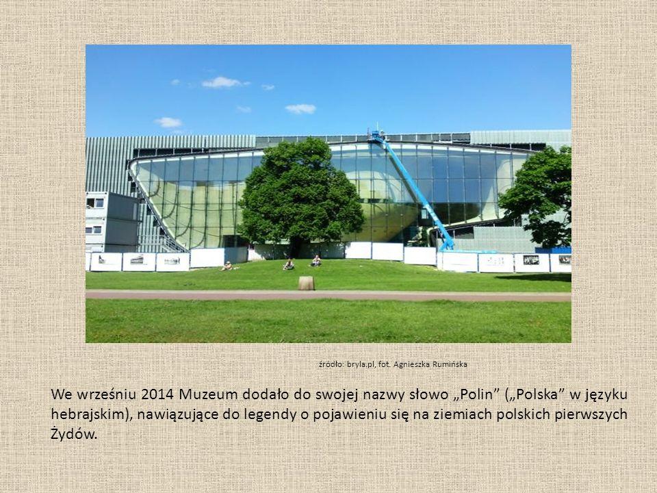 """Szklane tafle na fasadzie z polskimi i hebrajskimi literami występującymi w słowie """"POLIN źródło: boundary2.org"""