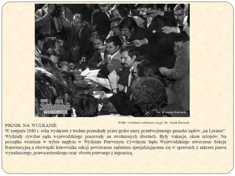 """PIKNIK NA WULKANIE. W sierpniu 1980 r. echa wydarzeń z trudem przenikały przez grube mury przedwojennego gmachu sądów """"na Lesznie"""". Wydziały cywilne s"""