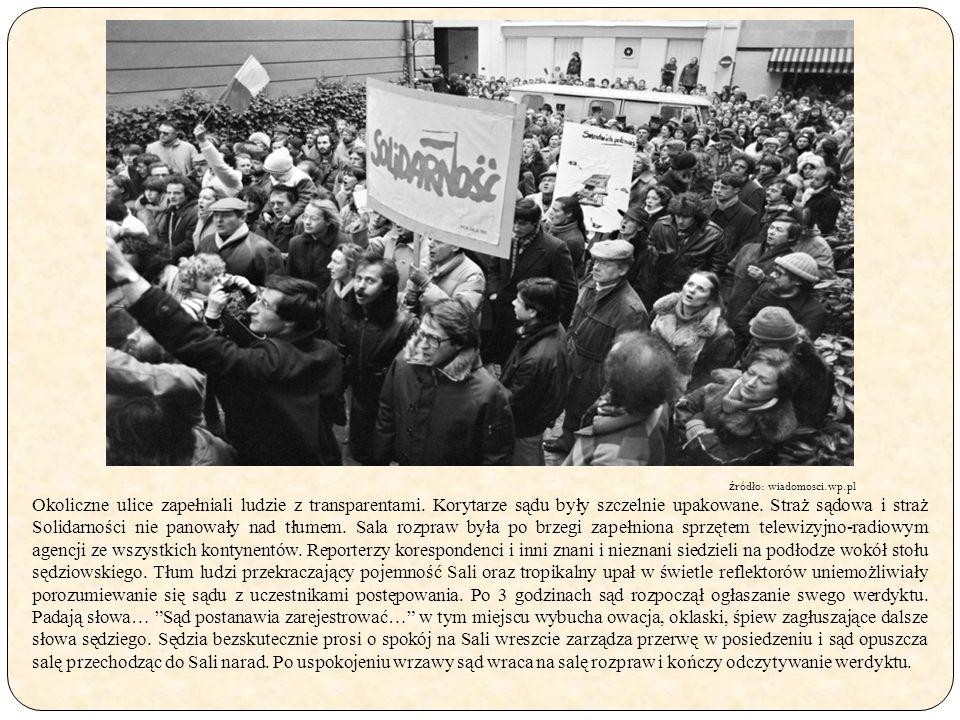 Okoliczne ulice zapełniali ludzie z transparentami. Korytarze sądu były szczelnie upakowane. Straż sądowa i straż Solidarności nie panowały nad tłumem