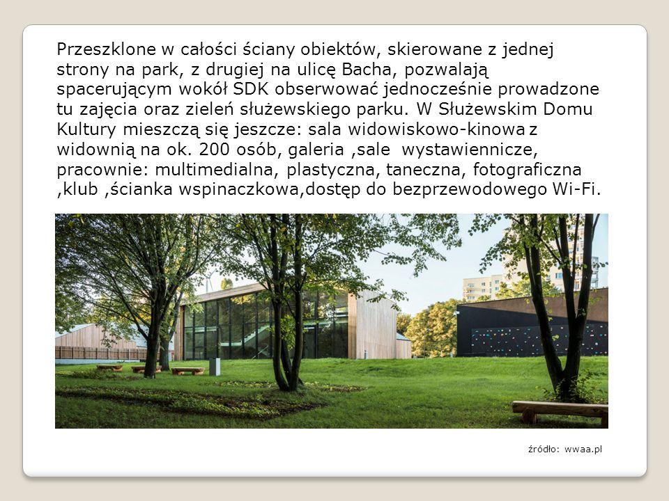 Przeszklone w całości ściany obiektów, skierowane z jednej strony na park, z drugiej na ulicę Bacha, pozwalają spacerującym wokół SDK obserwować jednocześnie prowadzone tu zajęcia oraz zieleń służewskiego parku.