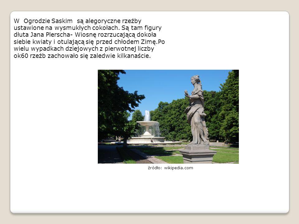 W Ogrodzie Saskim są alegoryczne rzeźby ustawione na wysmukłych cokołach. Są tam figury dłuta Jana Plerscha- Wiosnę rozrzucającą dokoła siebie kwiaty