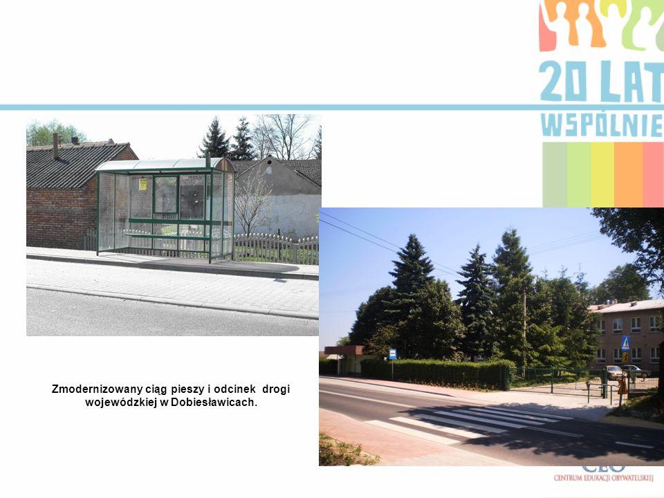 Zmodernizowany ciąg pieszy i odcinek drogi wojewódzkiej w Dobiesławicach.