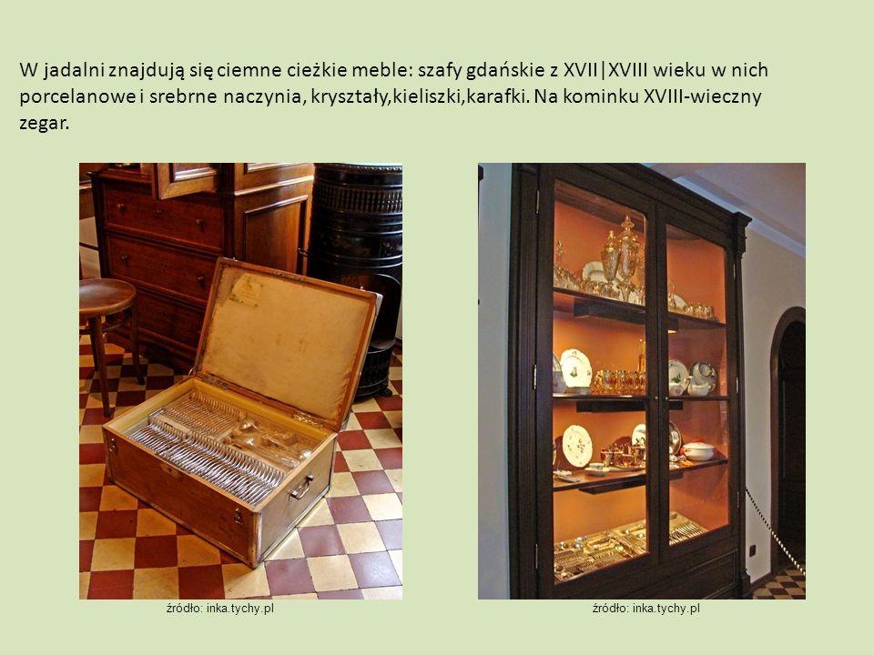 W jadalni znajdują się ciemne cieżkie meble: szafy gdańskie z XVII|XVIII wieku w nich porcelanowe i srebrne naczynia, kryształy,kieliszki,karafki.