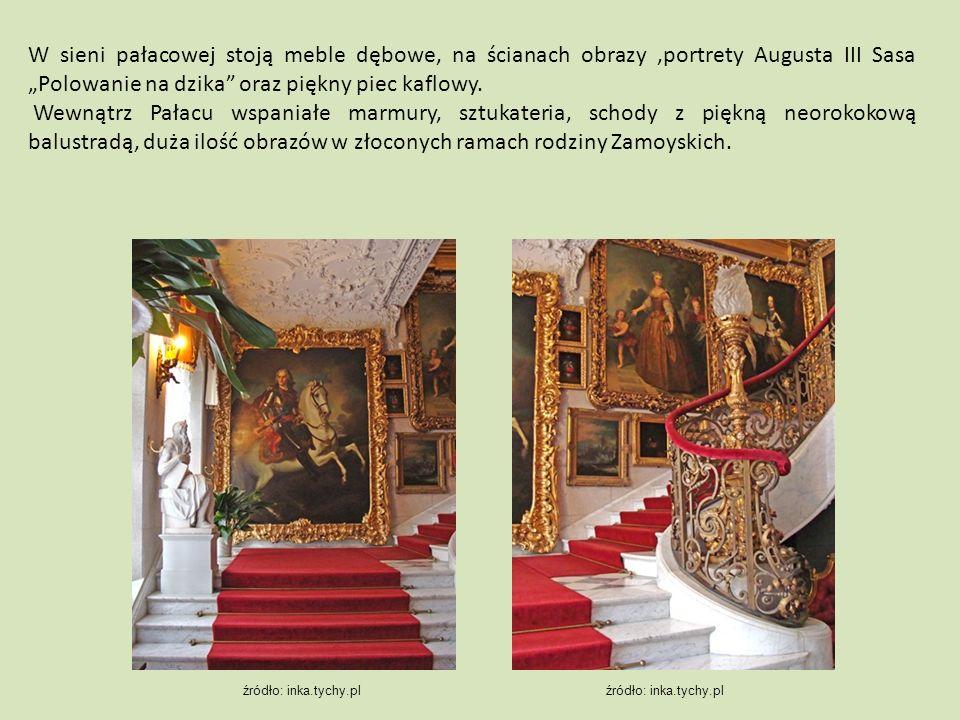 """W sieni pałacowej stoją meble dębowe, na ścianach obrazy,portrety Augusta III Sasa """"Polowanie na dzika oraz piękny piec kaflowy."""