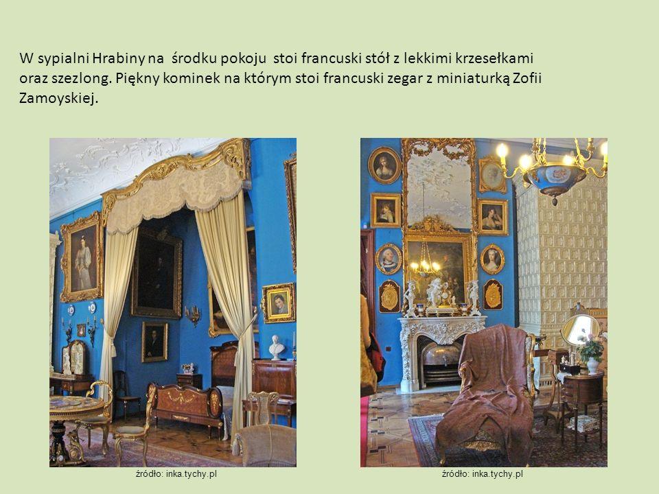 W sypialni Hrabiny na środku pokoju stoi francuski stół z lekkimi krzesełkami oraz szezlong. Piękny kominek na którym stoi francuski zegar z miniaturk