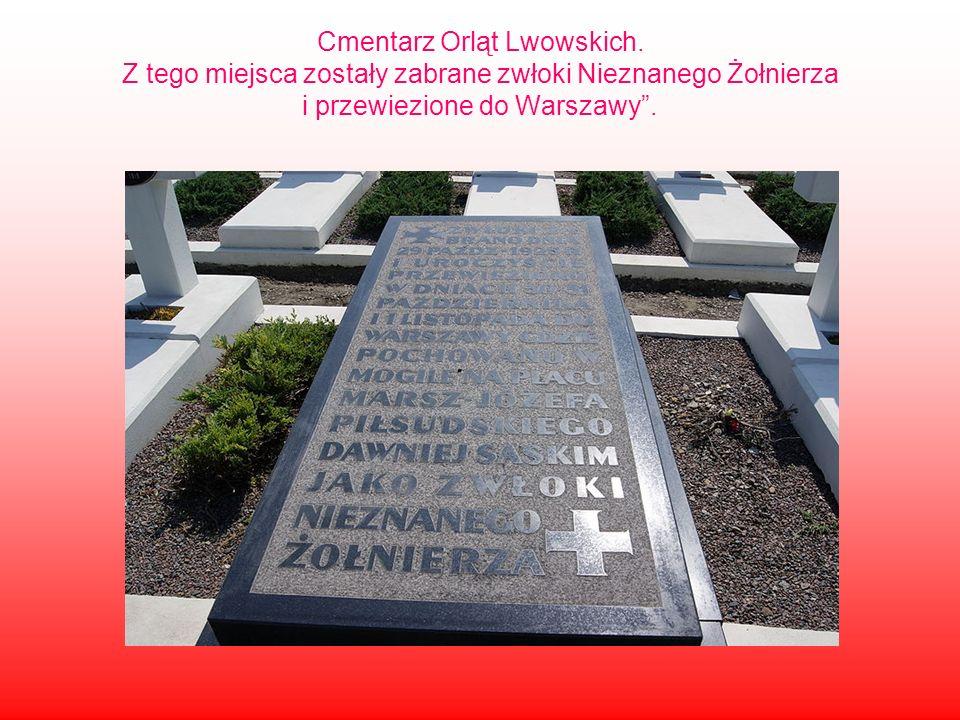 """Cmentarz Orląt Lwowskich. Z tego miejsca zostały zabrane zwłoki Nieznanego Żołnierza i przewiezione do Warszawy""""."""
