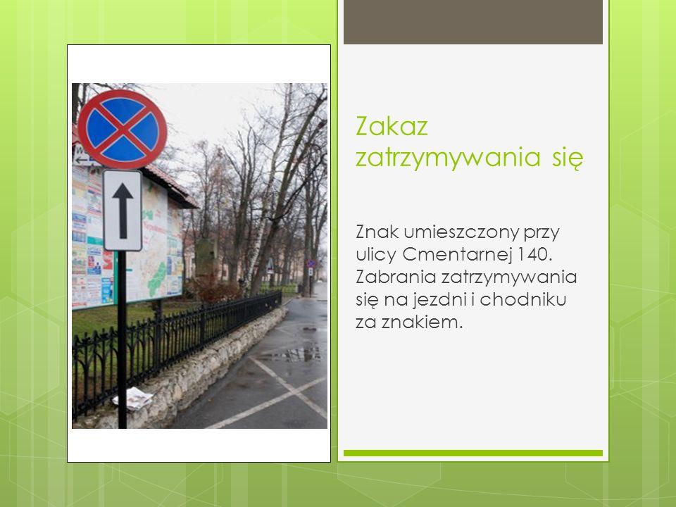 Zakaz zatrzymywania się Znak umieszczony przy ulicy Cmentarnej 140. Zabrania zatrzymywania się na jezdni i chodniku za znakiem.