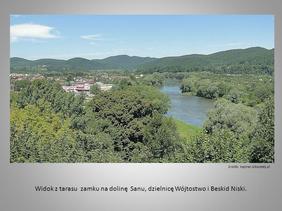 Widok z tarasu zamku na dolinę Sanu, dzielnicę Wójtostwo i Beskid Niski.