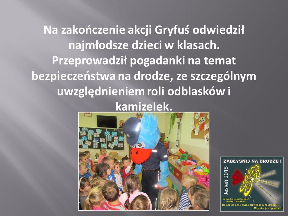 Na zakończenie akcji Gryfuś odwiedził najmłodsze dzieci w klasach. Przeprowadził pogadanki na temat bezpieczeństwa na drodze, ze szczególnym uwzględni