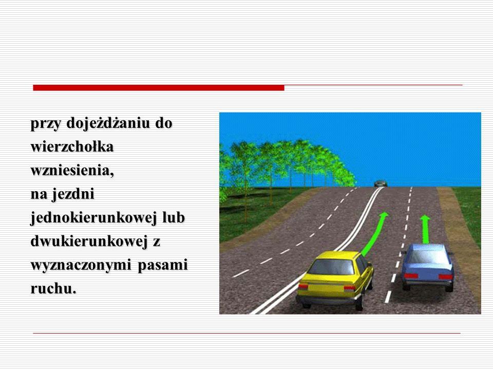 na zakręcie oznaczonym znakami ostrzegawczymi na jezdni jednokierunkowej lub dwukierunkowej z wyznaczonymi pasami ruchu.
